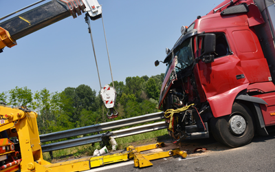 85138170-towing-industrial-semi-truck-crash-accident-collision-damage-vehicle-wrech